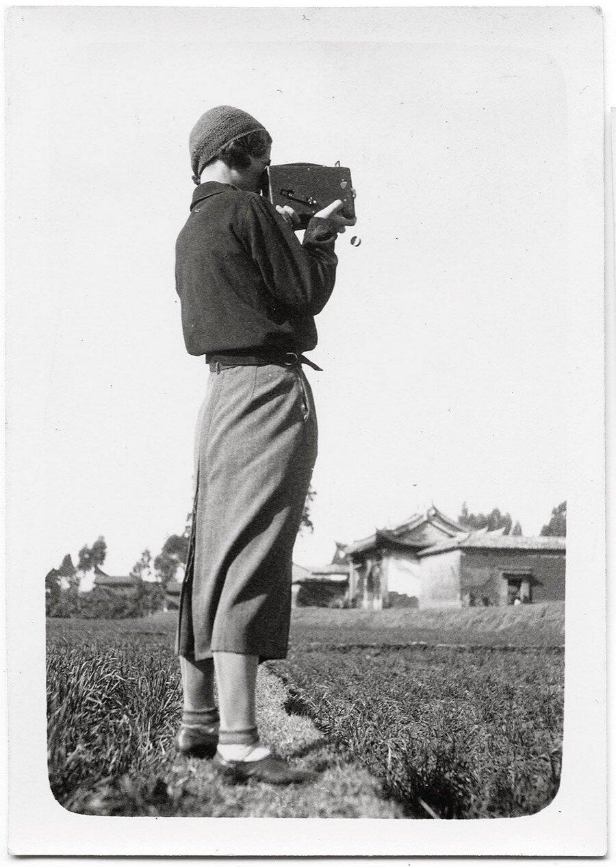 Портрет Софії Яблонської-Уден з камерою. Автор невідомий. Зображення надано видавництвом Родовід