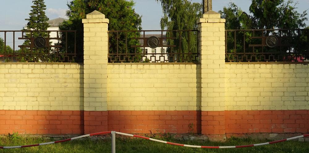 Комуністична символіка на одній з військових частин Харкова, світлина: Тарас Каменний