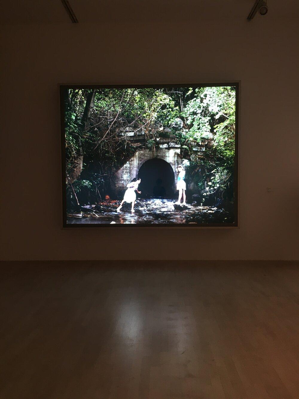 Работа Джеффа Уолла «Drain» (1989) в экспозиции музея К21, Дюссельдорф