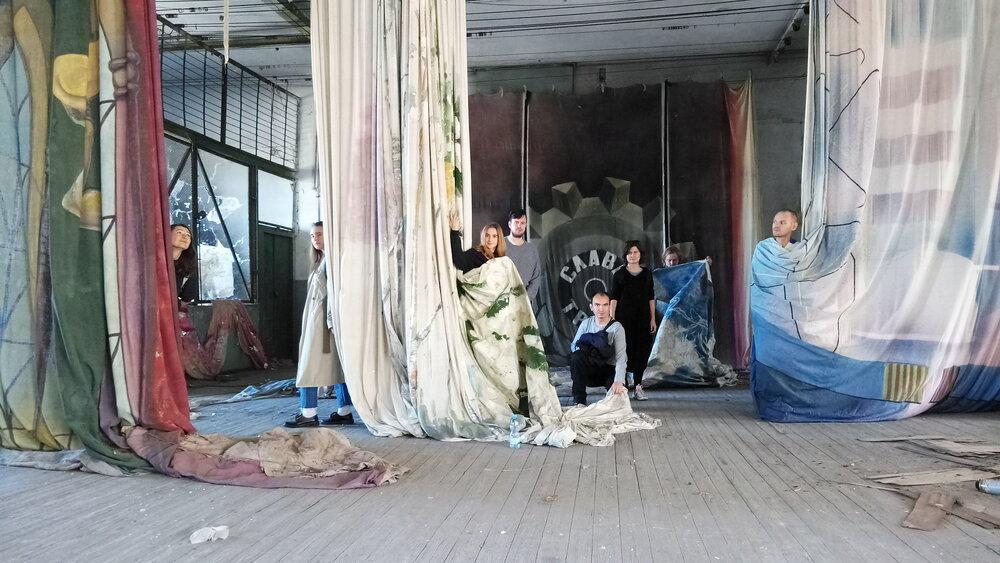 Группа світлина учасників і кураторів візуальної частини резиденції у Дніпрі. Світлина надана галереею «Артсвіт»