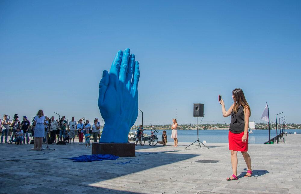 Скульптура «Middle Way» румунського художника Богдана Раца на набережній 8 Причалу, місто Миколаїв, 2019 рік. Автор фото Євген Гомонюк