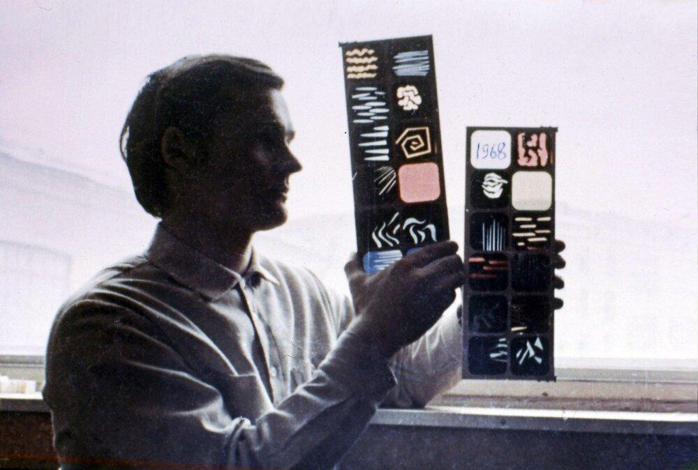 Сергій Зорін, полтавський світлохудожник, на Полтавському електро-механічному заводі, де він працював і з групою однодумців та створював портативний інструмент світломузиканта, 1968. На світлині Зорін з трафаретами для інструмента. З особистого архіву Сергія Зоріна