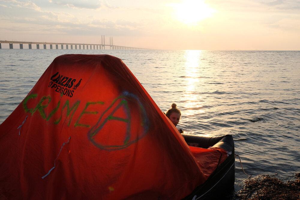 Фото перформансу «Плот Крым», напроти моста Оресюнд в Мальмо, 17 травня 2018. Світлина: Улег Винниченко