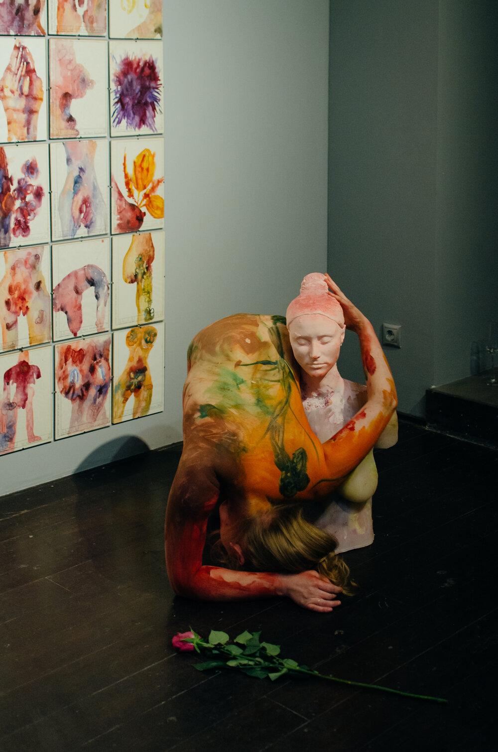 Перформанс Марії з її скульптурами на відкритті виставки «Квіти». Світлина: Олександр Коваленко
