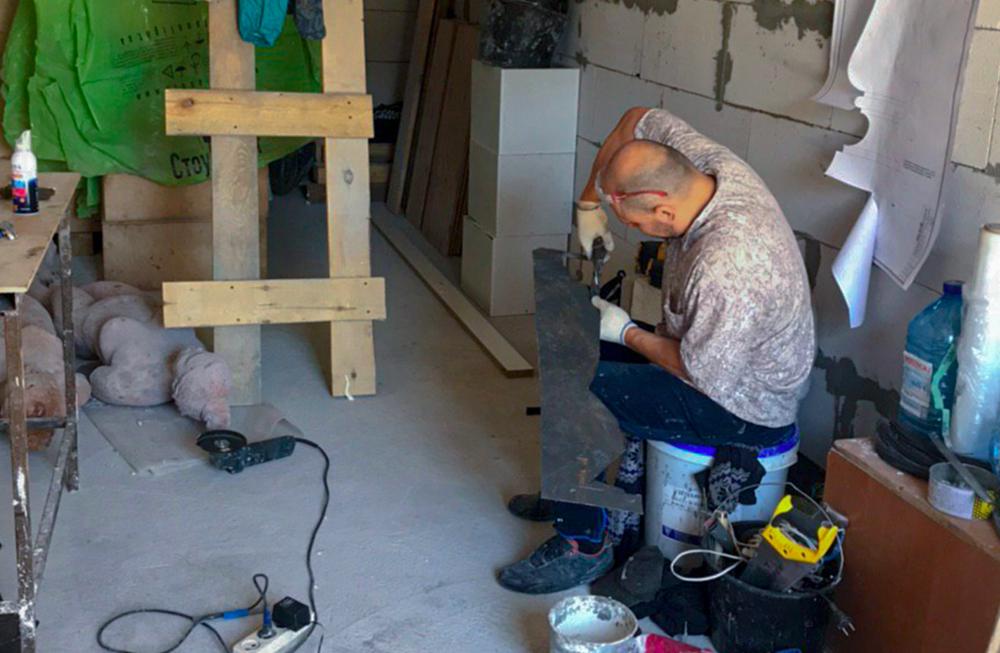 Улег під час роботи над будівництвом Галереї-Укриття «Гараж 33». Світлина з архіву художниці