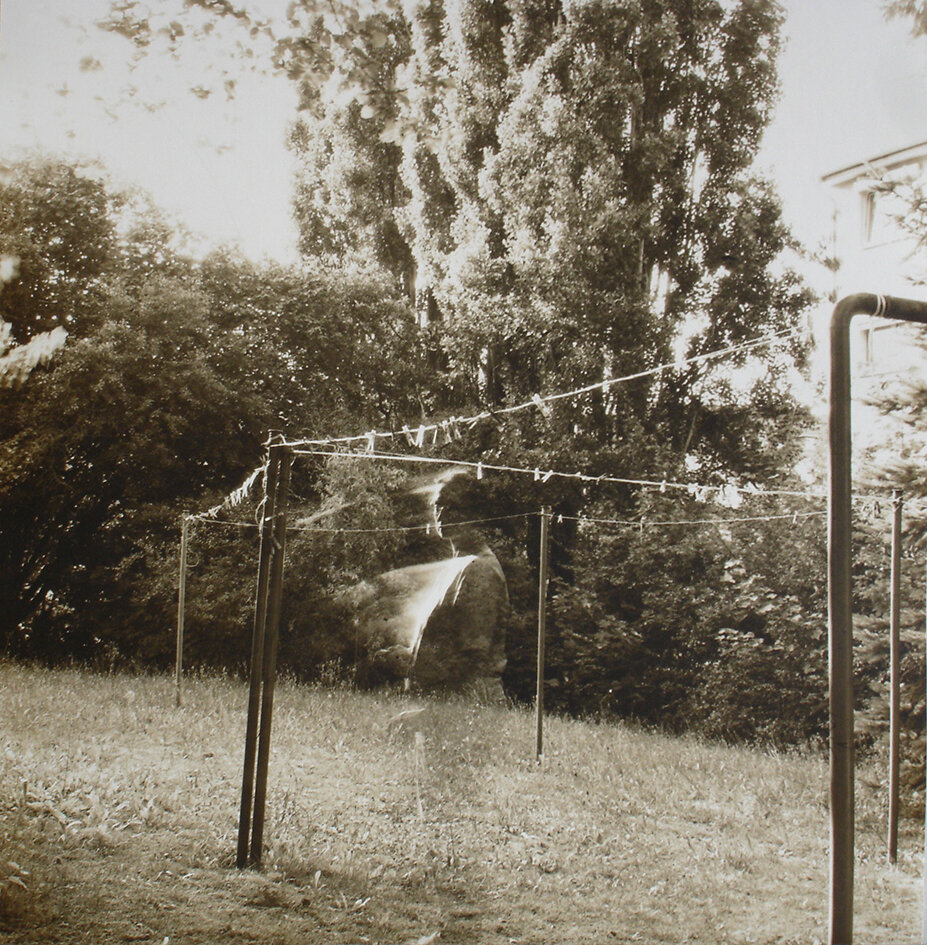 У дворі, із серії «Присутність», 2005 рік, Кассель