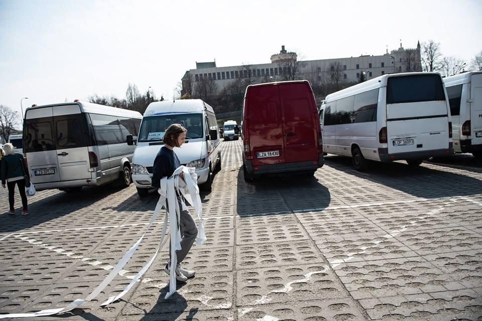 Лена Сиятовська, «Моя комната — нигде», перформанс, автовокзал, Люблин, Польша