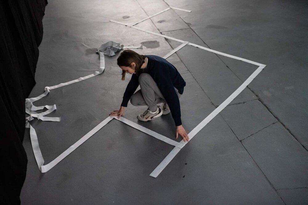 Лена Сиятовська, «Моя комната — нигде», перформанс, галерея «Labirynt», Люблин, Польша