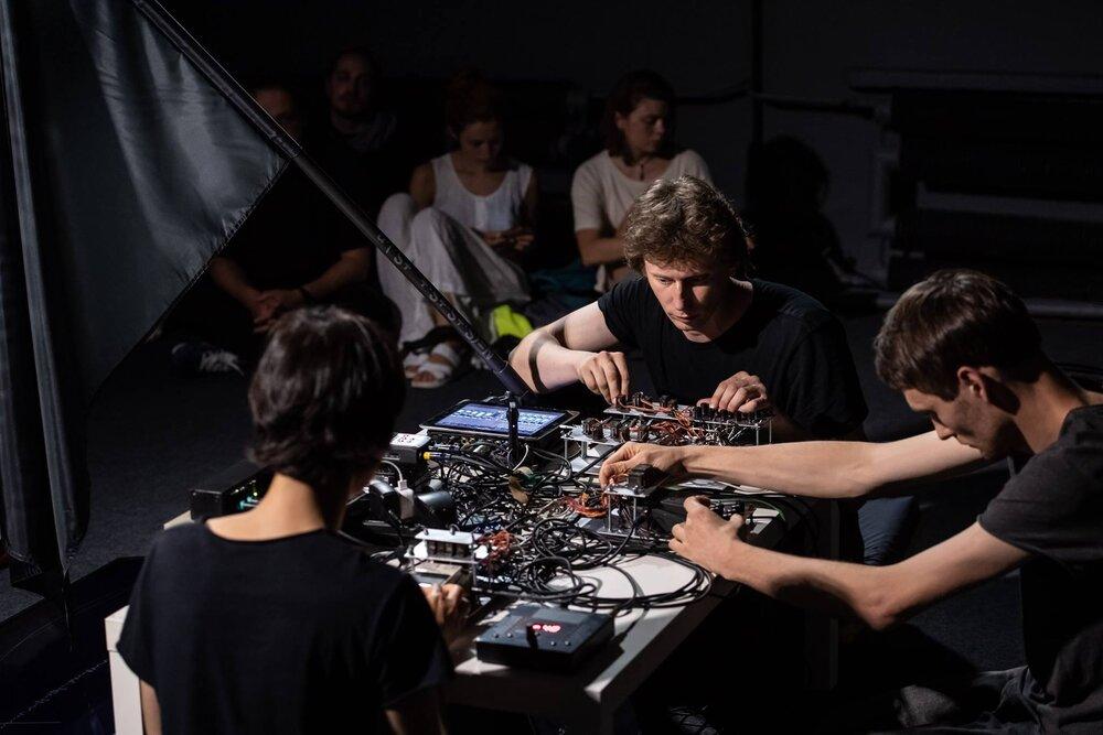Аудіоперформанс «Human touch. І густішає тиша». Фото: Wojciech Pacewicz, Galeria Labirynt. Зліва направо: Лєра Полянськова, Макс Роботов та Іван Світличний