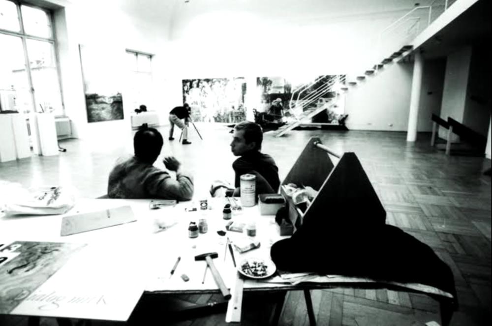 Під час монтажу виставки на Віллі Штук у Мюнхені, 1992. На фото обличчям до нас — Олег Голосій. Фото надане Олександром Соловйовим. Автор: Олександр Друганов