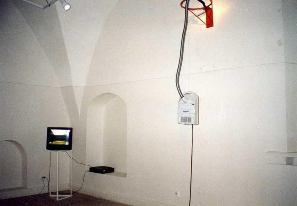 Фрагмент інсталяції Сергія Браткова на виставці «Інтермедіа» в ЦСМ Сороса, 1998 рік. Фото надане Олександром Соловйовим