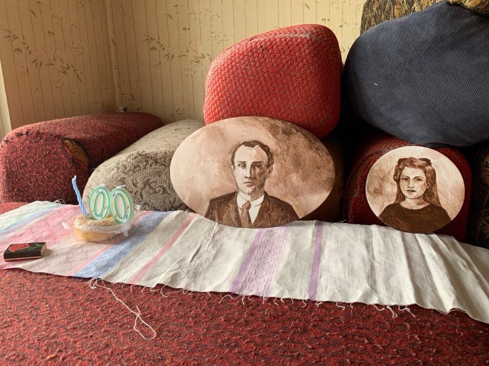 Фрагмент з онлайн перформансу «Тобі 100 літ» з портретами Лайоша та Емми Немет, готель Закарпаття, Ужгород, 2020 рік. Фото надане Анітою Немет