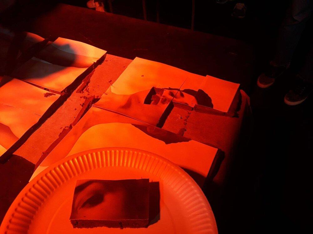 Перформанс «На языке». Фото предоставлено Point Ephémère . Выставка «Сессии Нежности» кураторского объединения Q rators . Point Ephémère (Париж, Франция), 2018