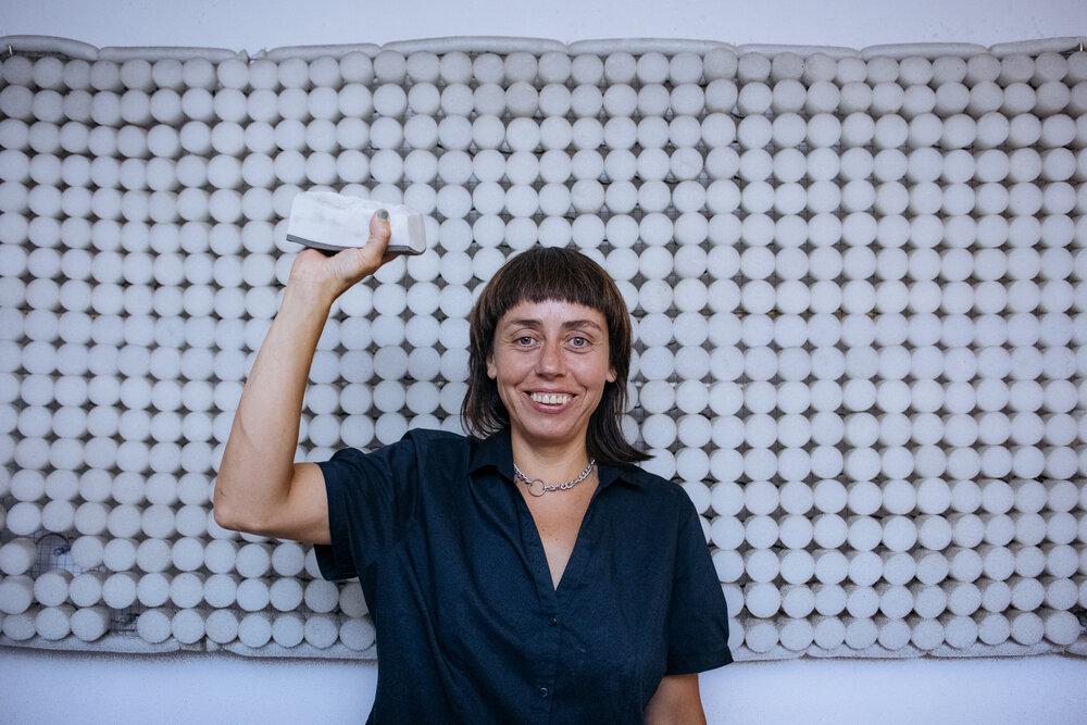 Жанна Кадирова разом із скульптурою у вигляді сала з проєкту «Маркет», 2020. Фото Сергія Моргунова
