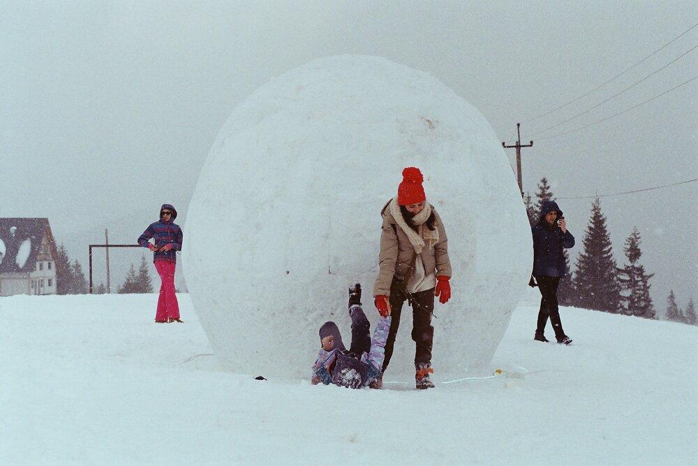 На фоні роботи «Геометрія» під час фестивалю «Фантазери». Фото надане організаторами