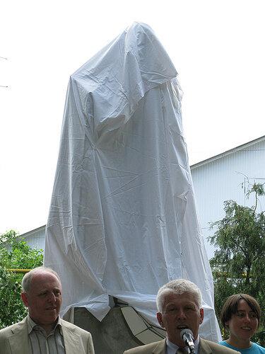 Жанна Кадирова разом із мером міста Шаргород під час відкриття «Пам'ятника пам'ятнику», 2009. Фото надане Жанною Кадировою