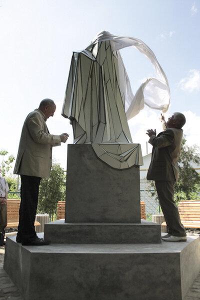 Адміністрація міста під час відкриття «Пам'ятника пам'ятнику», 2009. Фото надане Жанною Кадировою