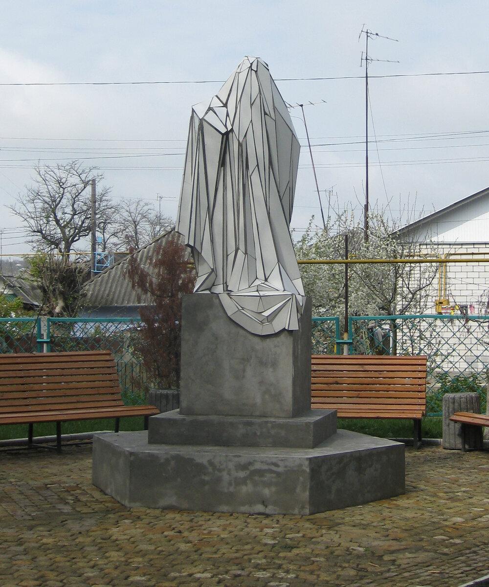 Жанна Кадирова, «Пам'ятник пам'ятнику» у місті Шаргород, 2009. Фото надане Жанною Кадировою