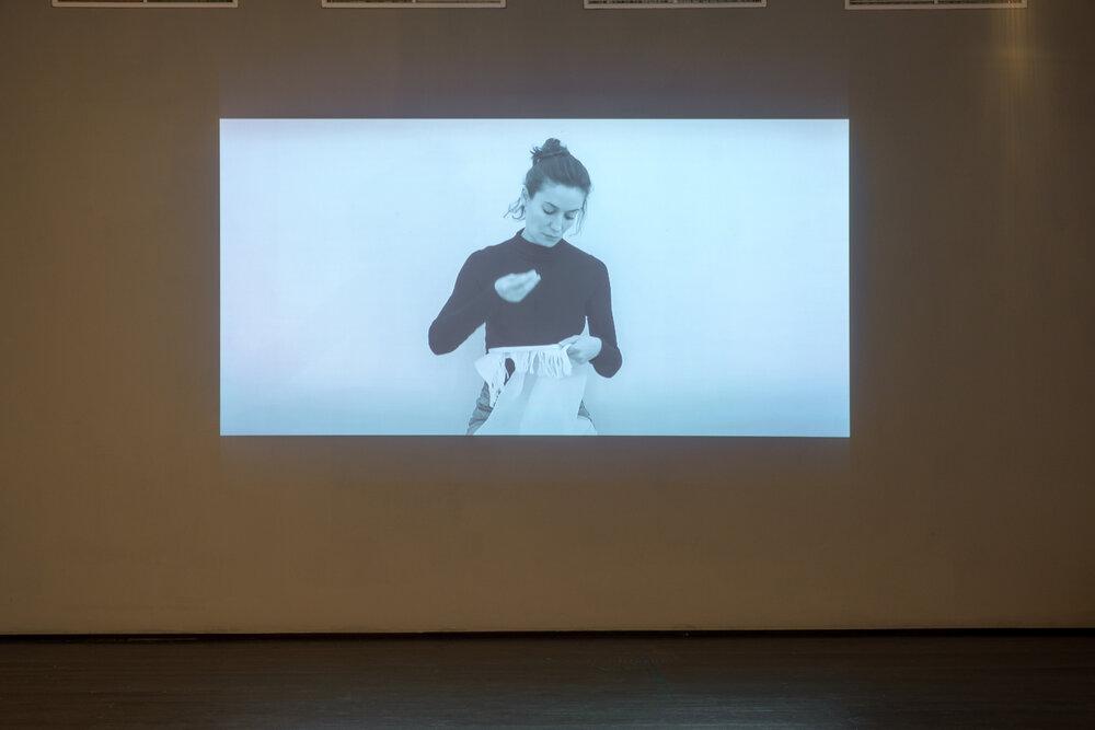 Відеодокументація перформансу в експозиції проєкту «Невидима праця».Фото: Максим Білоусов.