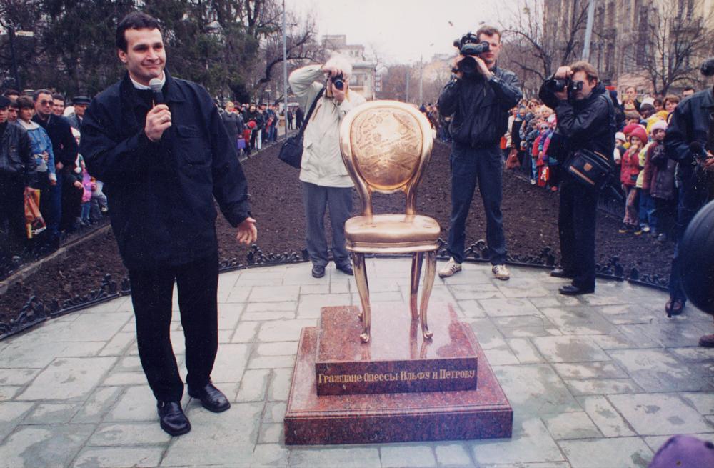 Відкриття пам'ятнику «Дванадцять стільців» на вулиця Дерибасівська, 1999. Надано художником
