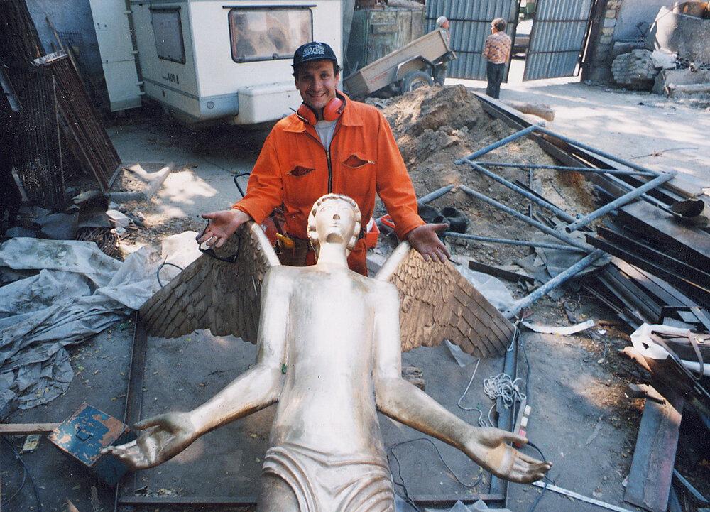Монтаж скульптури «Золотий янгол», 1996. Надано художником