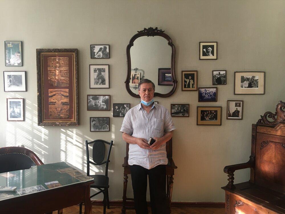 Роман Балаян у своєму кабінеті на кіностудії ім. О. Довженка, 2020