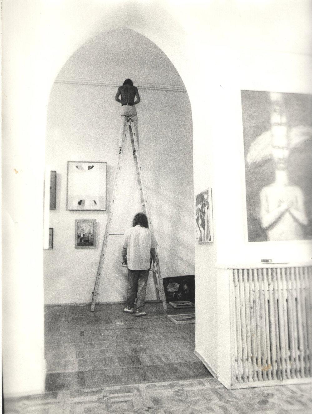 Монтаж выставки «Подозреваемая реальность», ТИРС, 1993. Фото из архива Музея современного искусства Одессы