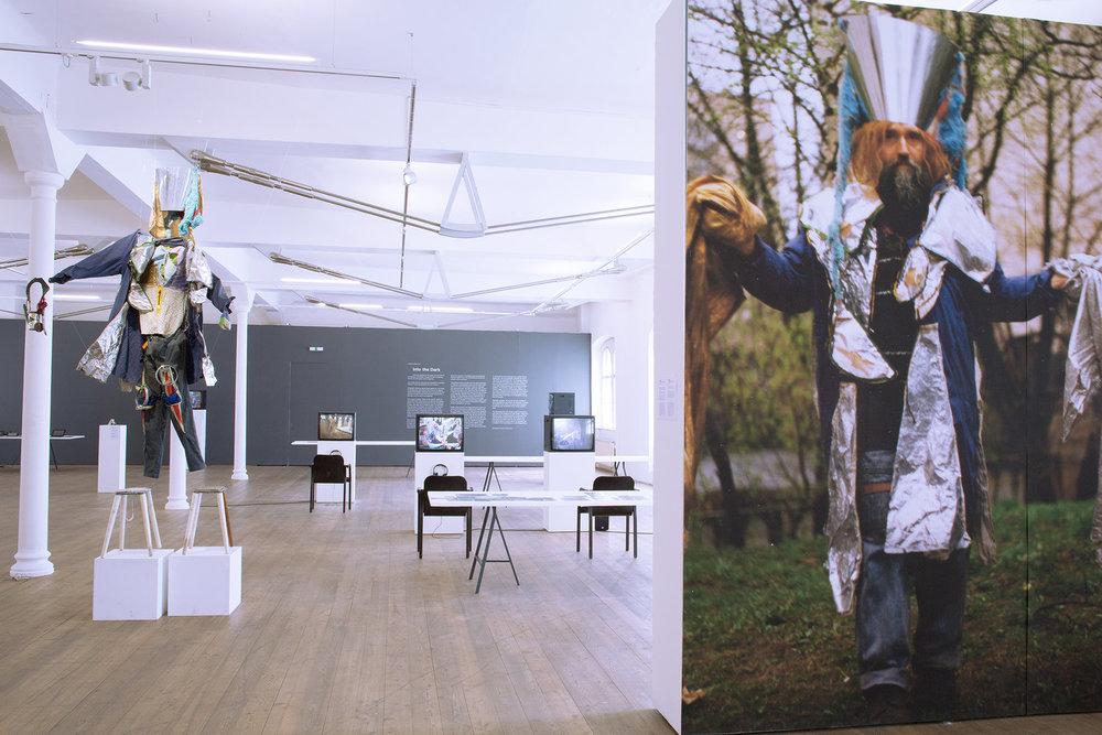 Експозиція виставки «У темряву» з роботами Федора Тетянича, Kunsthalle Exnergasse. Куратори: Худрада, Відень, 2017