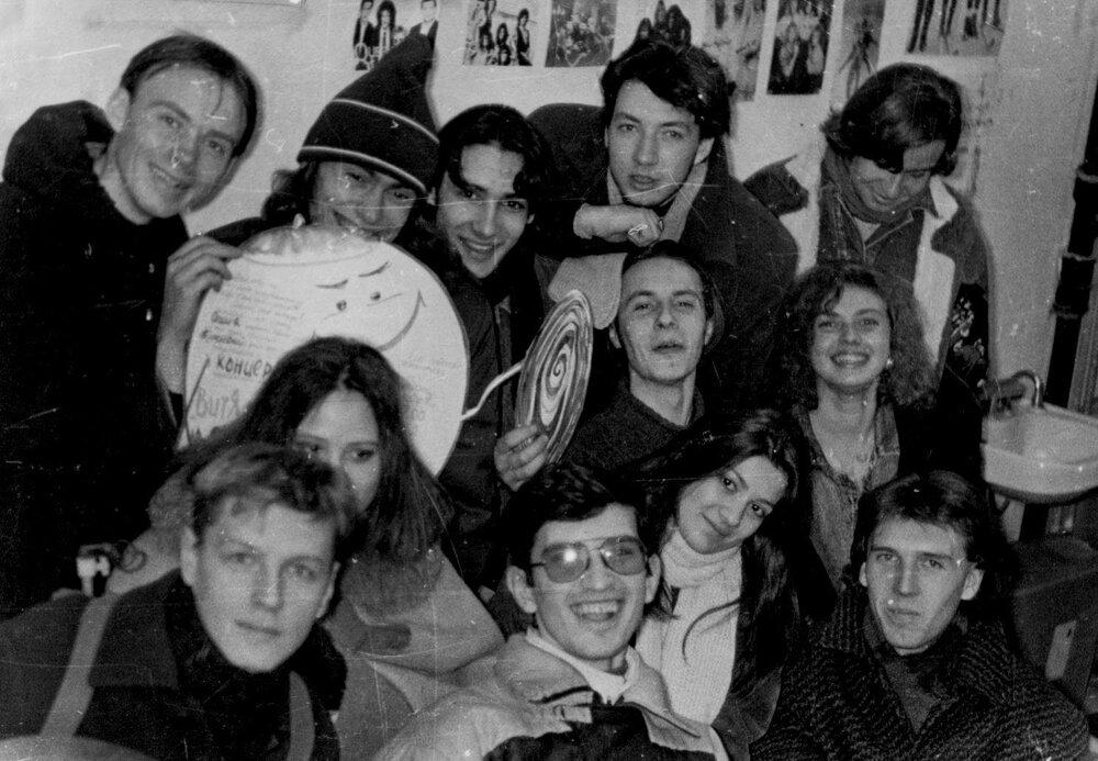 Групове фото в репетиційній студії на філологічному факультеті, опісля концерту Колобок Live гурту Витя Малеев в школе и дома в Педагогічному інституті. Херсон, 1992