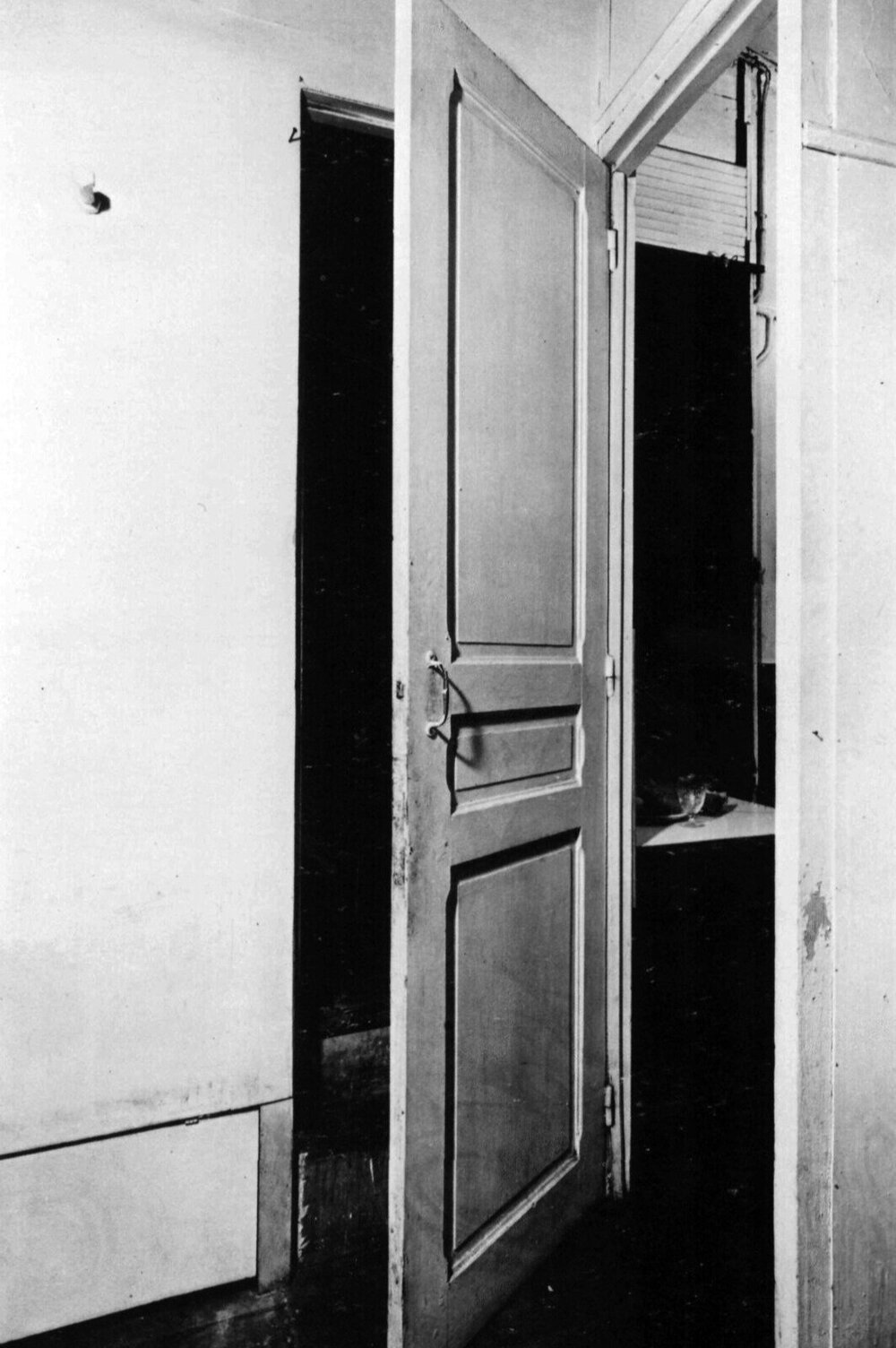 Door: 11 Rue Larrey, 1927 ©artnews  У Дюшана також було почуття гумору, цей ready-made він зробив у вигляді певного порталу.Одні двері слугували одразу для двох проходів, людина могла закрити одну кімнату, тим самим відкриваючи інший, і жодного не можна було закрити одночасно