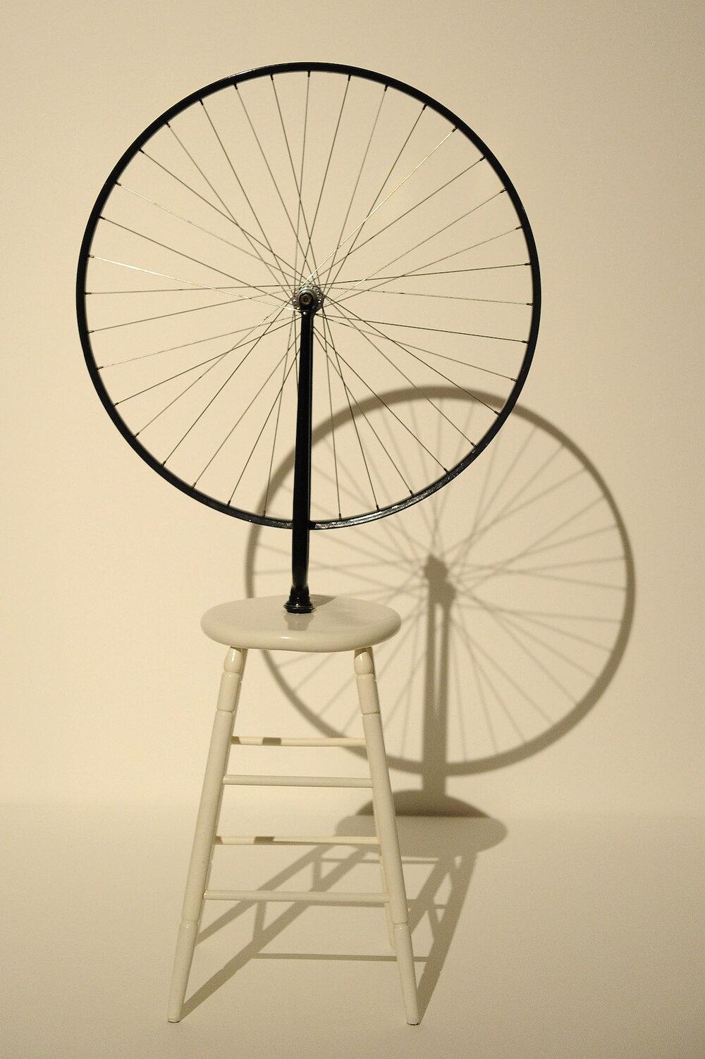 Bicycle Wheel, 1913 ©TONY KYRIACOU/SHUTTERSTOCK  Один з перших ready-made, які зробив Марсель Дюшан. Оскільки, в цій техніці властиво називати будь-який предмет твором мистецтва, на початку ХХ століття, ця думка була революційною і завжди викликала бурю емоцій на виставах