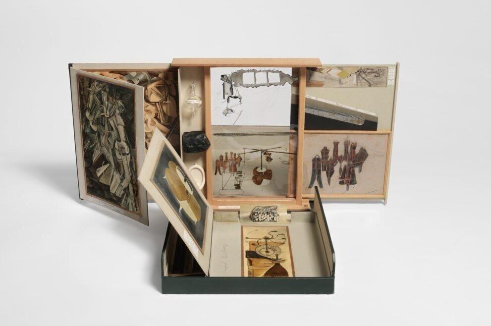 The Box in a Valise, 1935–1941 ©Hirshhorn Museum and Sculpture Garden  Марсель Дюшан створив декілька валіз, кожна з яких відігравала роль музею, а роботи були мініатюрними копіями його творів