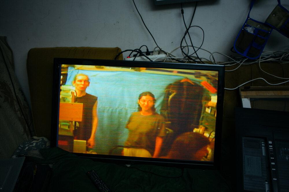 У майстерні Бориса Блаженного. На фото один з його приладів: він транслює на монітор те, що відбувається у майстерні за допомогою камери. Фото: Сергій Моргунов