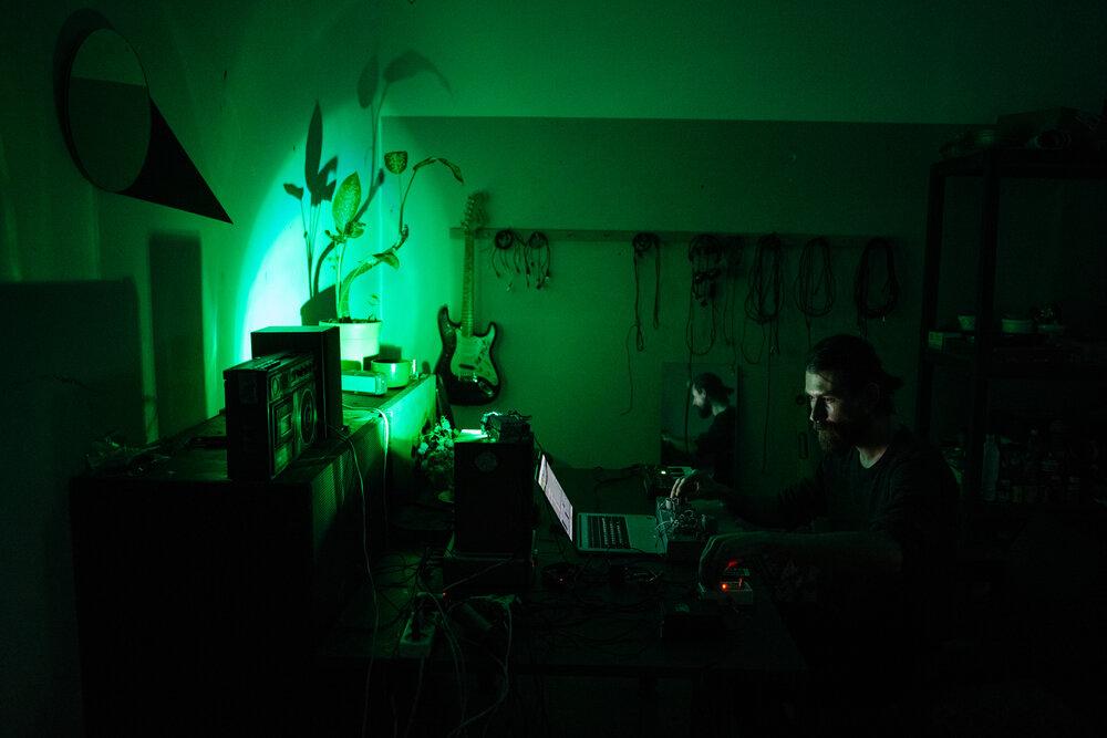 Олександр Єльцин за написанням музики в майстерні. Фото: Сергій Моргунов