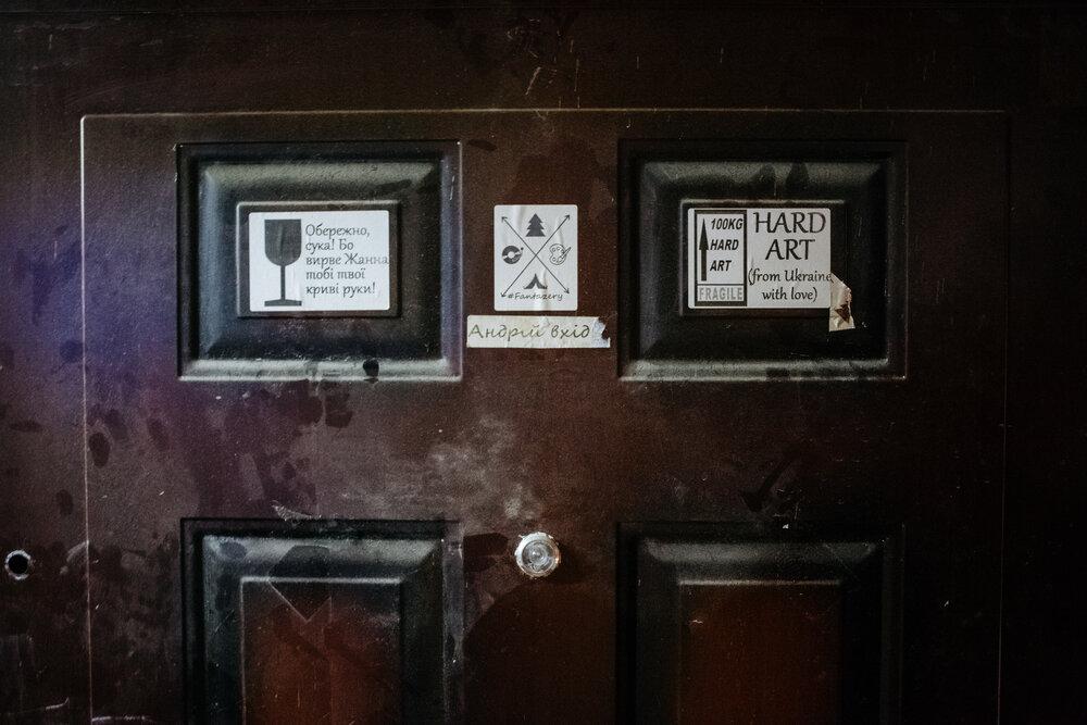 Напис на дверях майстерні Жанни Кадирової, який зробив Андрій Савіних під час транспортування її робіт. Фото: Сергій Моргунов