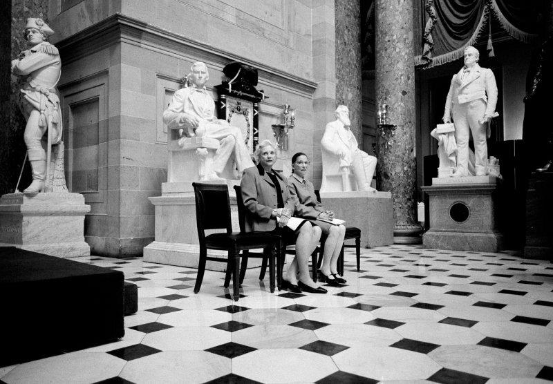 Єдині дві жінки-судді Верховного суду США — Сандра Дей О'Коннор та Рут Гінзбург, Статуйна зала у будівлі Капітолію, США, березень 2001. Фото : Девід Юм Кеннерлі, Getty Images
