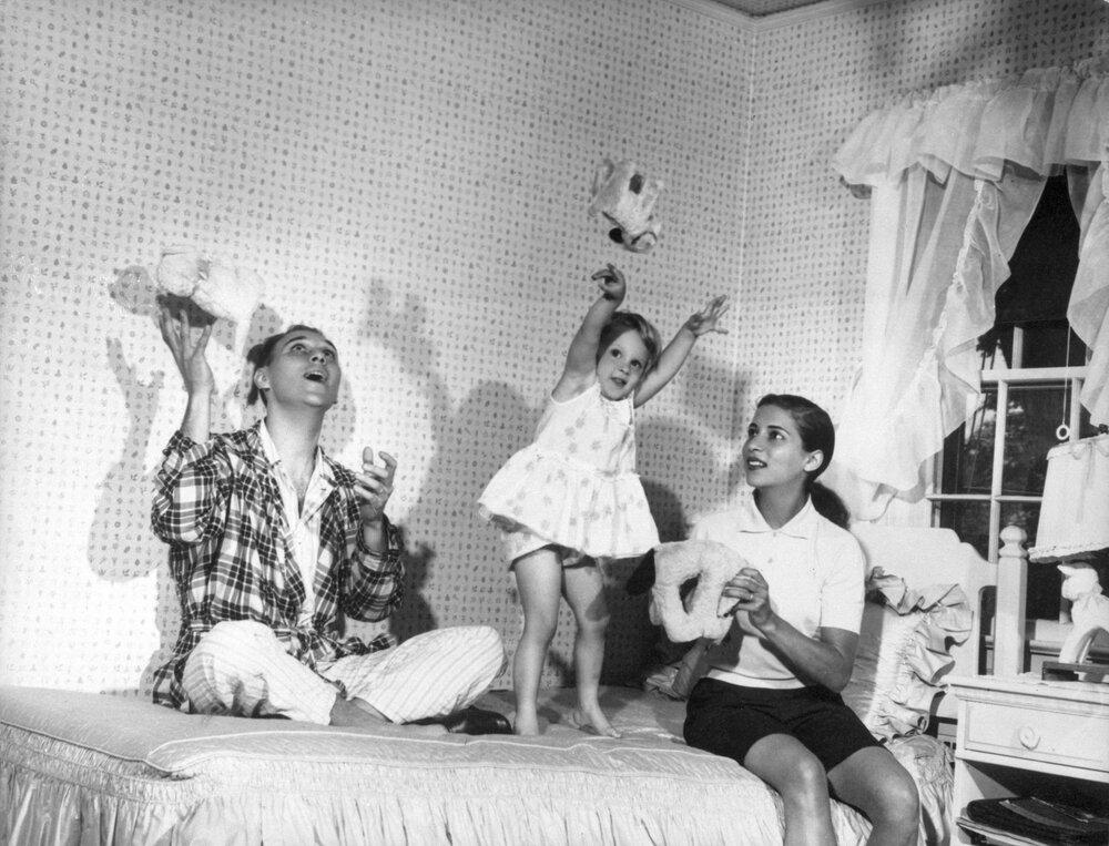Рут Гінзбург і Мартін Гінзбург граються зі своєю трирічною донькою Джейн. Літо, 1958, Нью-Йорк. Фото: колекція Верховного суду США