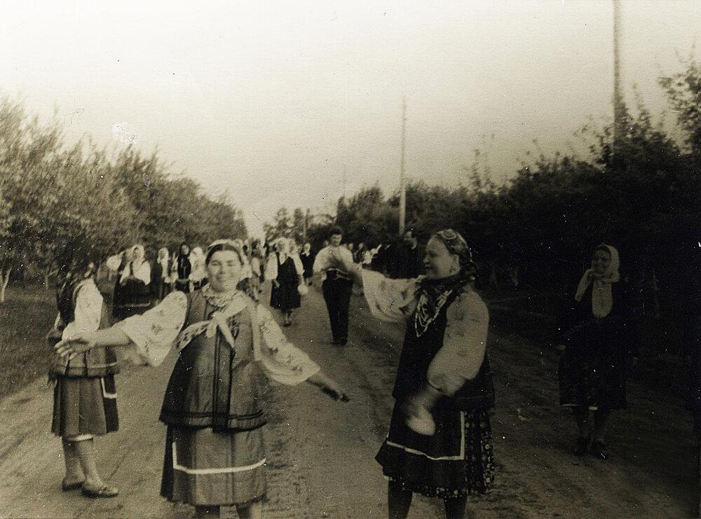Весільний поїзд або «циганщина», Черкаська область. Фото з етнографічної збірки «Древо»