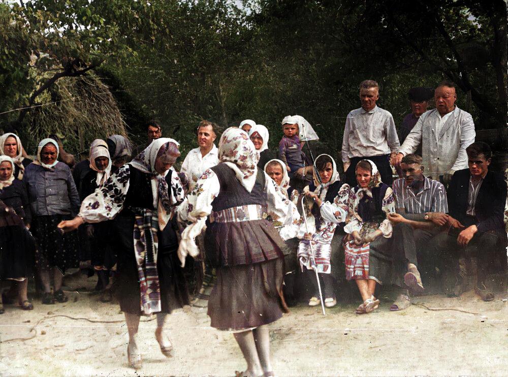 Дружки танцюють, Лубенський р-н, Полтавська область. Фото з етнографічної збірки «Древо»