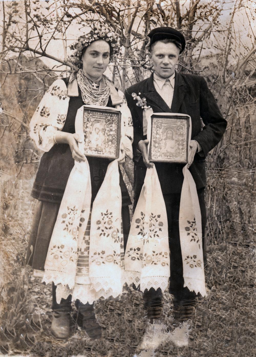 Молоді з іконами, с. Бакумівка, Миргородський р-н Полтавська область. Фото з етнографічної збірки «Древо»