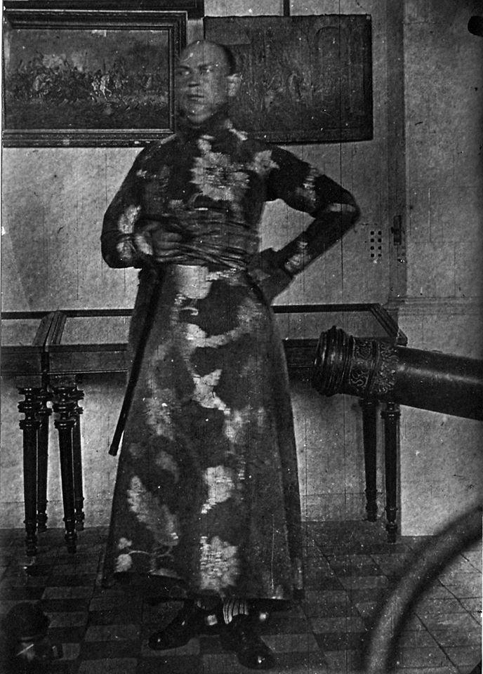 Георгій Нарбут у жупані, 1917 рік (Архів Національного художнього музею України)