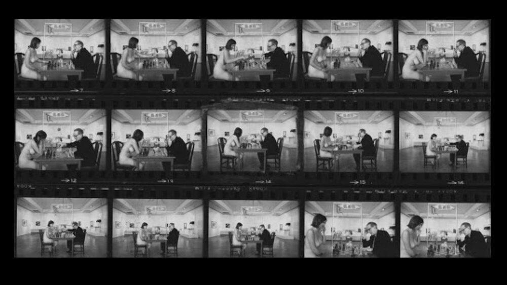 Марсель Дюшан за грою в шахи з оголеною Євою Бабіц Бабіце. Фото: Джуліан Вассер для журналу Time, 1963, Пасадена