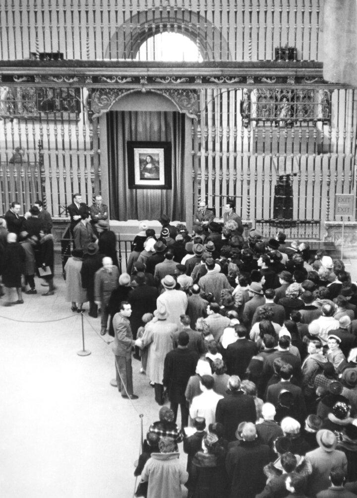 Відвідувачі стоять в черзі подивитися на картину «Мона Ліза»