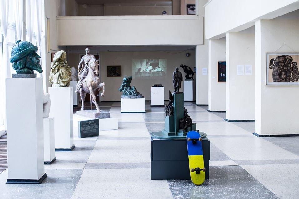 Володимир Воротньов, «DESKOMUNA / DECKOMMUNISMUS», 2019. Експозиція в рамках виставки «Жести ставлення» у Кмитівському музеї