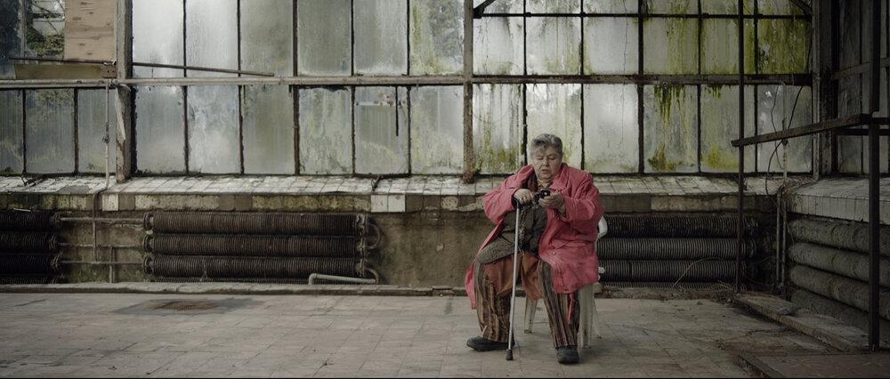Кадр із фільму «Історія зимового саду», у кадрі — пані Вороніна. Джерело:  kinoafisha.ua