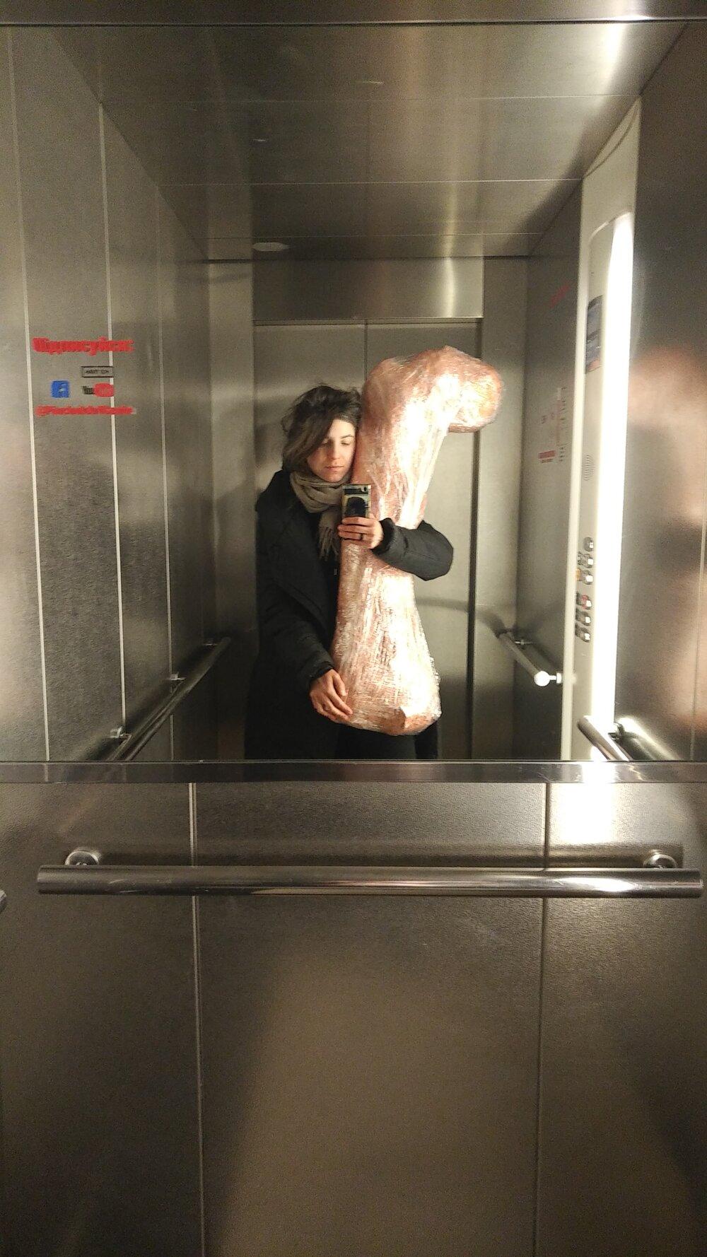 Селфі Каті Бучацької зі стегновою кісткою динозавра в ліфті PinchukArtCentre. Надано авторкою