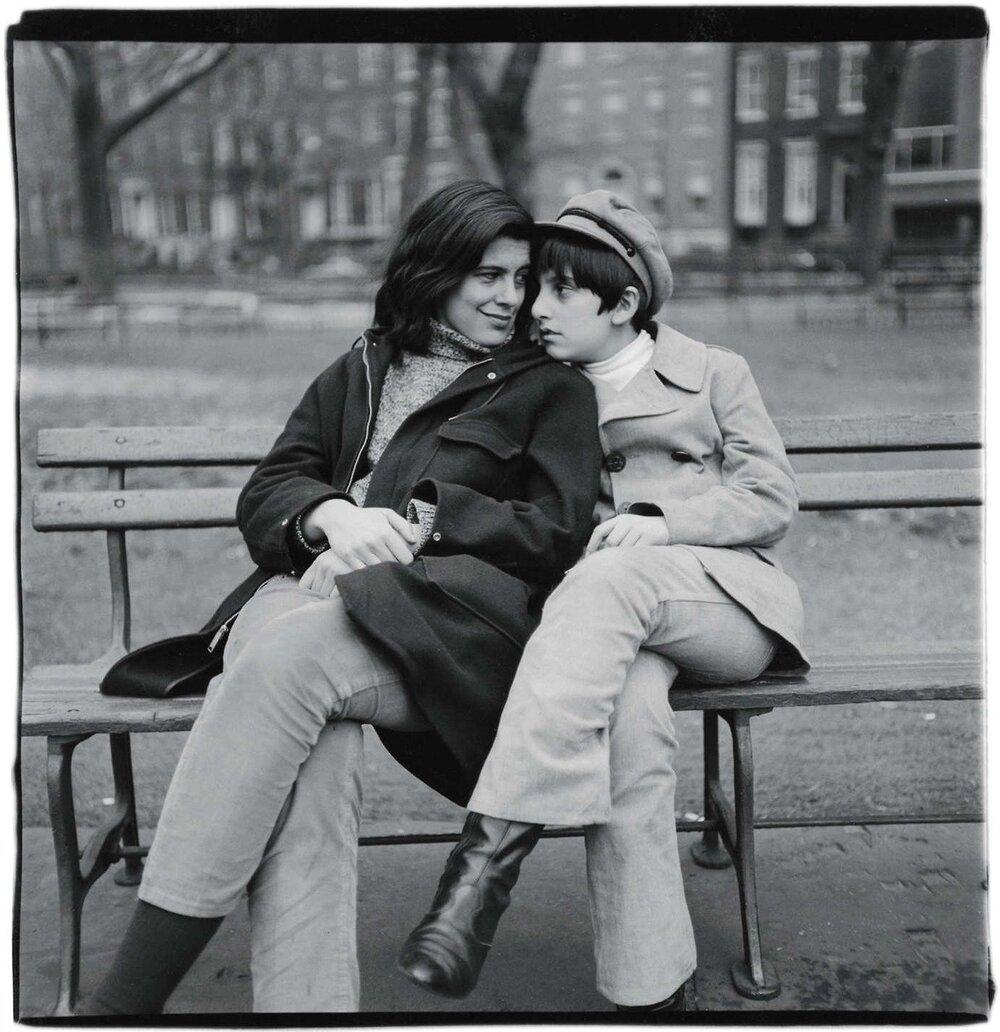 Сьюзен Зонтаґ з сином Девідом Ріффом.  Фото : Діана Арбус, 1965 рік