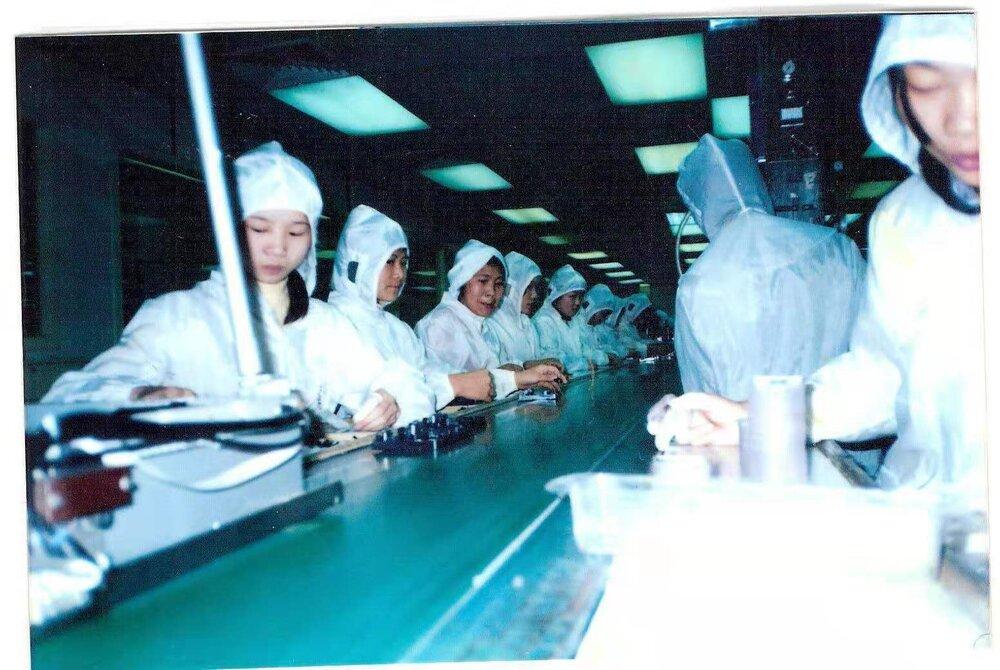 Робота на поточній линії. Фото: з архіву Чжен Сяоцюн