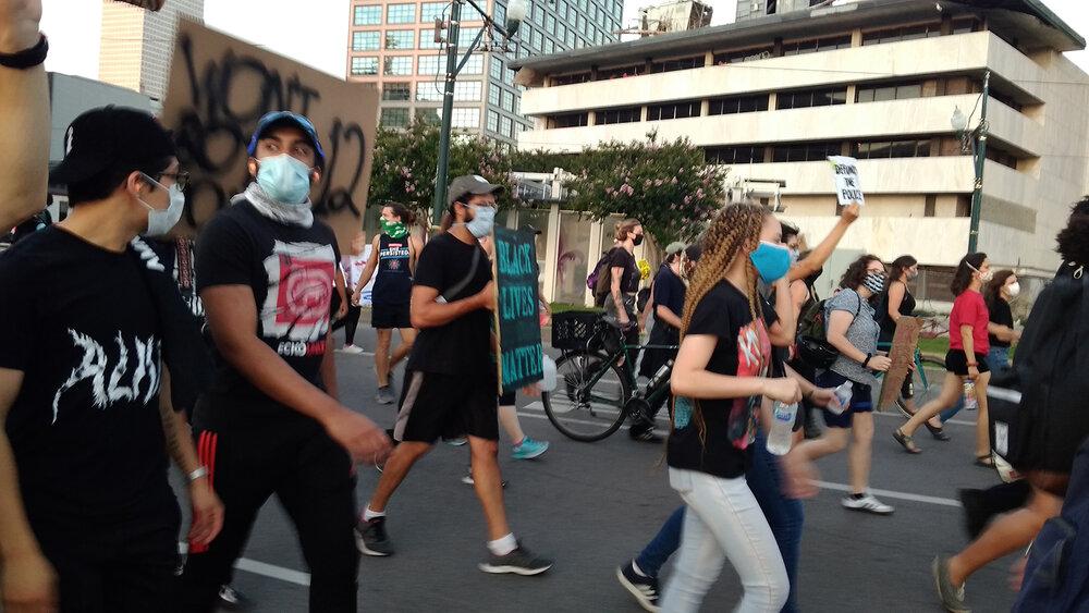 Фото з акцій протесту в Новому Орлеані Оксани Брюховецької
