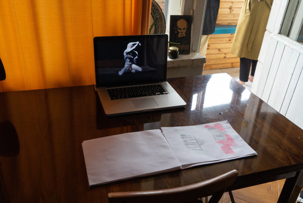 Відеоробота Антігони. Альбом із малюнками Євгена Голубєнцева. Фото надано організаторами виставки